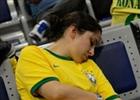 世界杯狂热背后:赶场的球迷机场睡倒一片