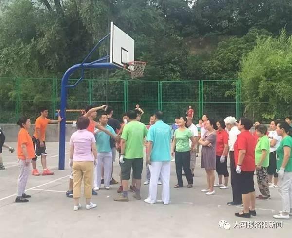 场舞_广场舞跳入篮球场不能仅靠美德解决_新闻频道_中国青年网