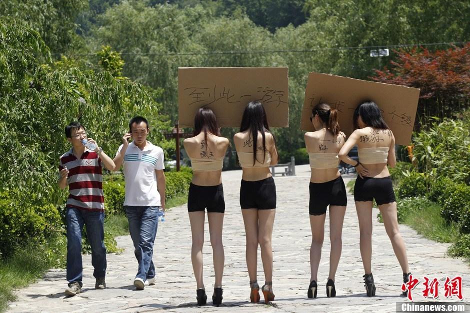 """比基尼大黄鸭_""""脱衣邀签名""""胜于""""山寨大黄鸭""""_评论频道__中国青年网"""